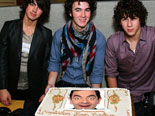 Log in to a feast of the Jonas Brothers in a special way. Photomontage in your photo is displayed in a pie after posing Kevin, Joe and Nick, the three brothers of the boy band members, bought by Disney Channel.